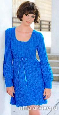 Синее вязаное платье спицами