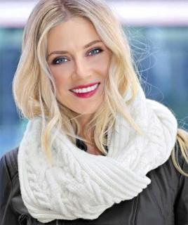 Белый вязаный шарф с косами